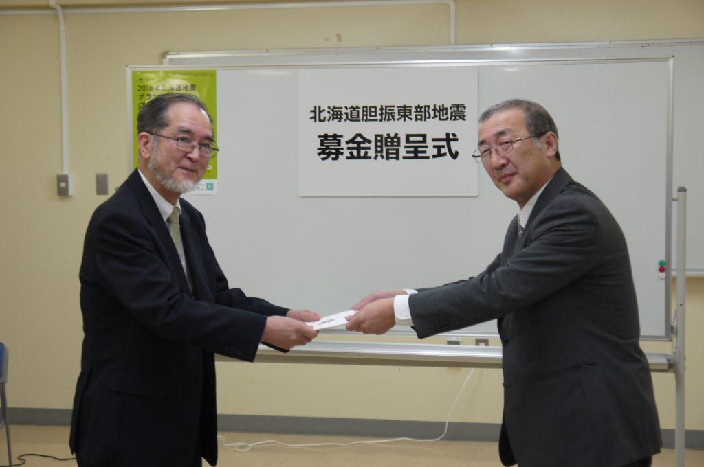 北海道生活協同組合連合会専務理事の平さま(右)と当会代表理事田口晃(左)